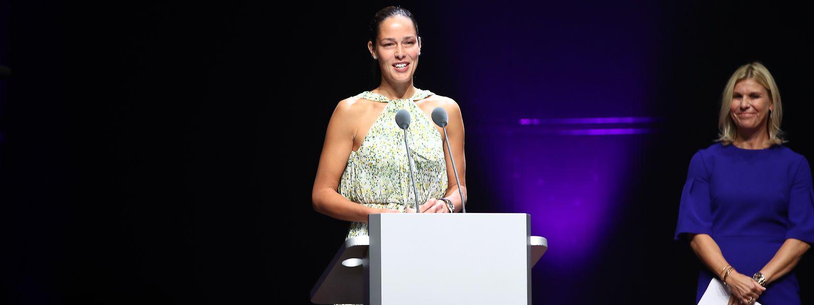 Ana Ivanovic (l.) hat den Jana-Novotna-Award erhalten.