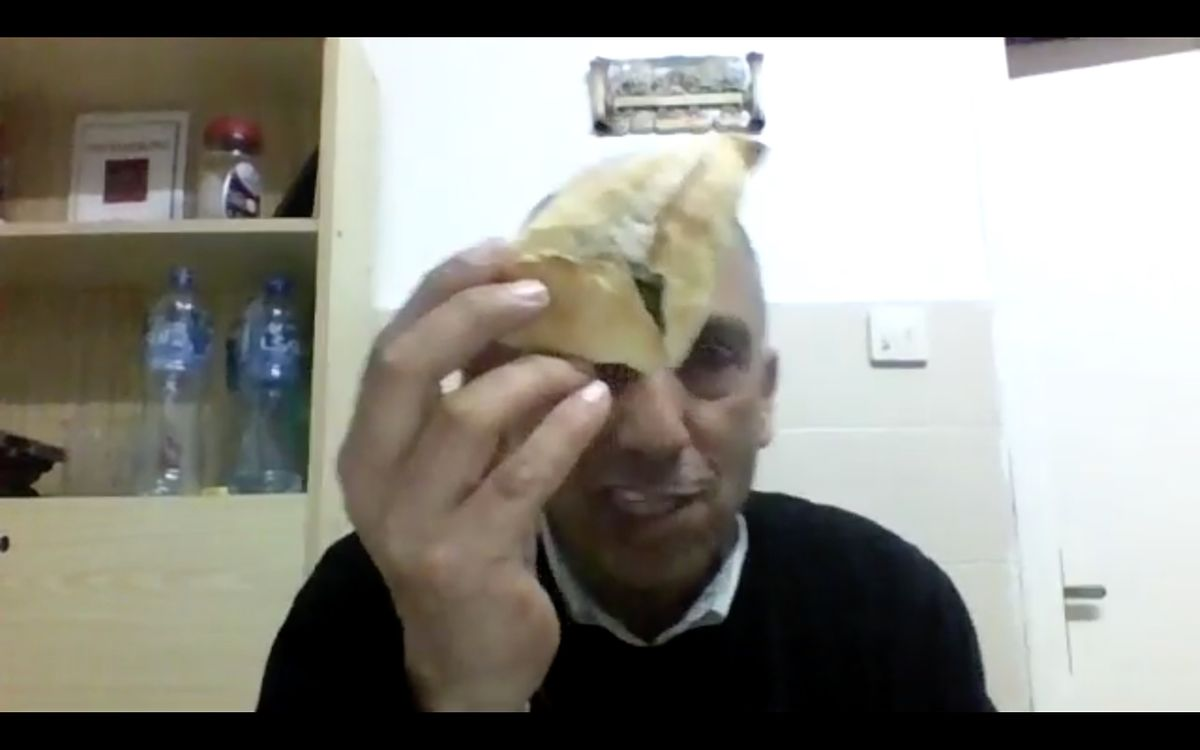 Mazin Qumsiyeh mostra o resultado do processo culinário de Abu