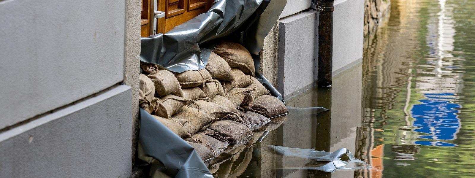 Sandsäcke helfen nur bedingt bis zu einem bestimmten Wasserniveau gegen Hochwasser. Außerdem müssen mehrere Reihen gestapelt werden. Die Säcke müssen trocken gelagert werden und sind nur schwer zu transportieren.