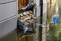 19.07.2021, Bayern, Passau: Sandsäcke schützen den Eingang zu einem Haus an der Donau. Die Lage in den Hochwassergebieten im Süden und Osten Bayerns hat sich etwas entspannt. Foto: Armin Weigel/dpa +++ dpa-Bildfunk +++