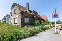 Dieses Haus an der Rue verte in Luxemburg-Cessingen steht seit sechs Jahren leer. Trotz eines genehmigtem PAP hat sich auf dem Grundstück und den umliegenden Parzellen nichts getan, kritisieren Déi Lénk.