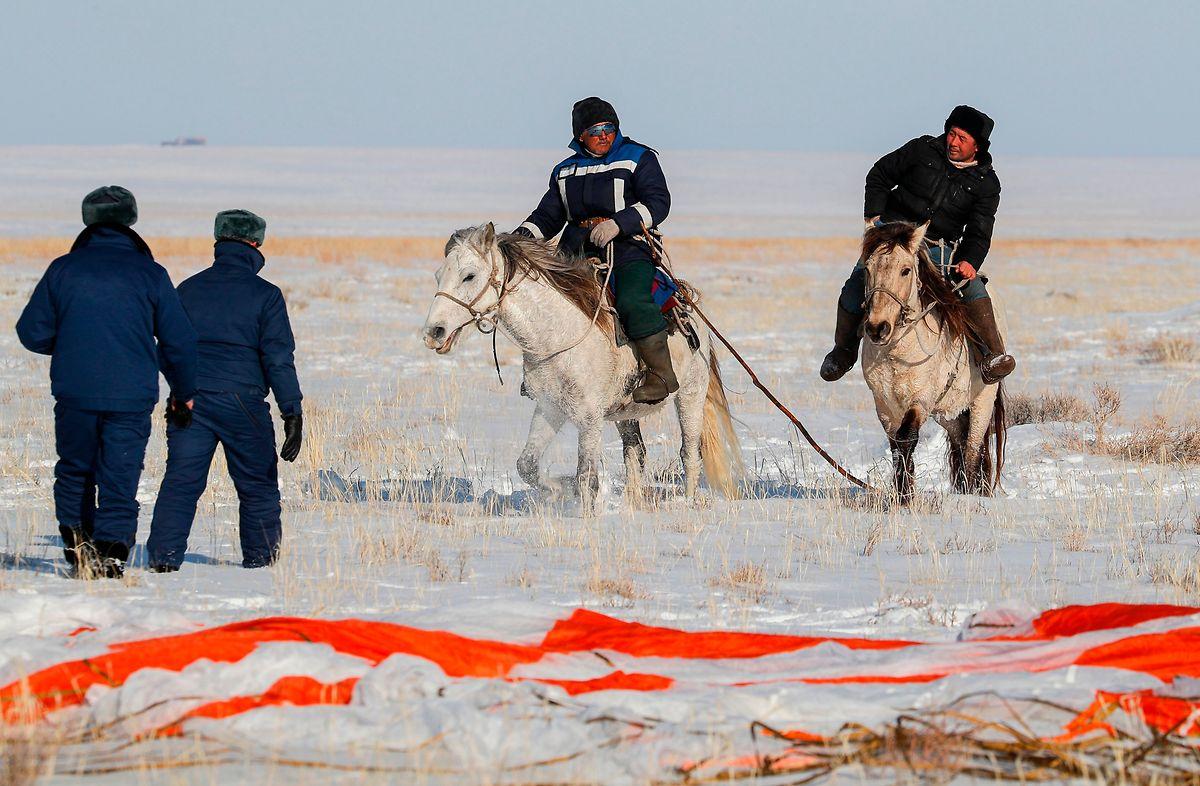 Des habitants des steppes kazakhes, montés à cheval, ont assisté à l'atterrissage de la capsule dans la neige