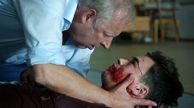 Ein Workshop läuft schief: Polizeischülerin Nasrin sticht auf einen Mitschüler ein. Borowski (Axel Milberg, l.) kümmert sich um den verletzten Sandro (Louis Held).