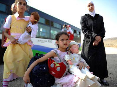 Syrische Mädchen bei ihrer Evakuierung aus Daraja.