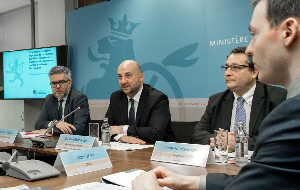 """""""Ein wichtiger Standortvorteil"""": Der Beamte Raymond Faber, Wirtschaftsminister Etienne Schneider sowie Jean-Marie Reiff und Alain Wahl vom Ilnas (v.l.n.r.) sind stolz auf den rechtlichen Rahmen zur elektronischen Archivierung, den Luxemburg als erstes Land erstellt hat."""