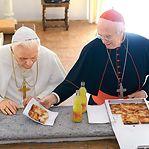 """""""Two popes"""". Dois amigos partilham uma pizza"""