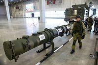 ARCHIV - 23.01.2019, Russland, Kubinka: Ein russischer Offizier geht an dem neuen Marschflugkörper vom Typ 9M729 (Nato-Code: SSC-8) entlang, im Hintergrund die Startvorrichtung. Die USA wollen nach Informationen der Deutschen Presse-Agentur bereits an diesem Freitag den 01.02.2019 ihren Ausstieg aus dem INF-Vertrag zum Verzicht auf atomare Mittelstreckenwaffen ankündigen. Foto: Pavel Golovkin/AP/dpa +++ dpa-Bildfunk +++