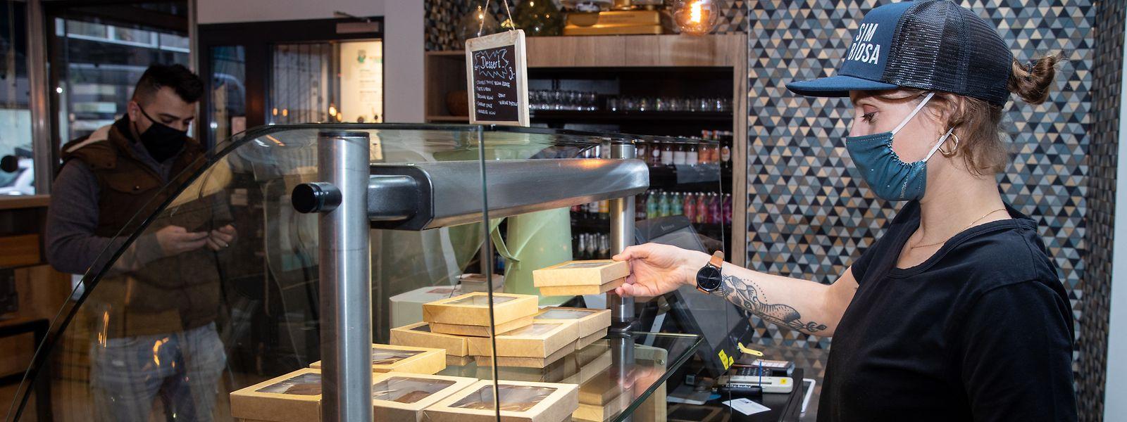 Le restaurant propose une carte réduite de plats à emporter pour éviter les gaspillages.