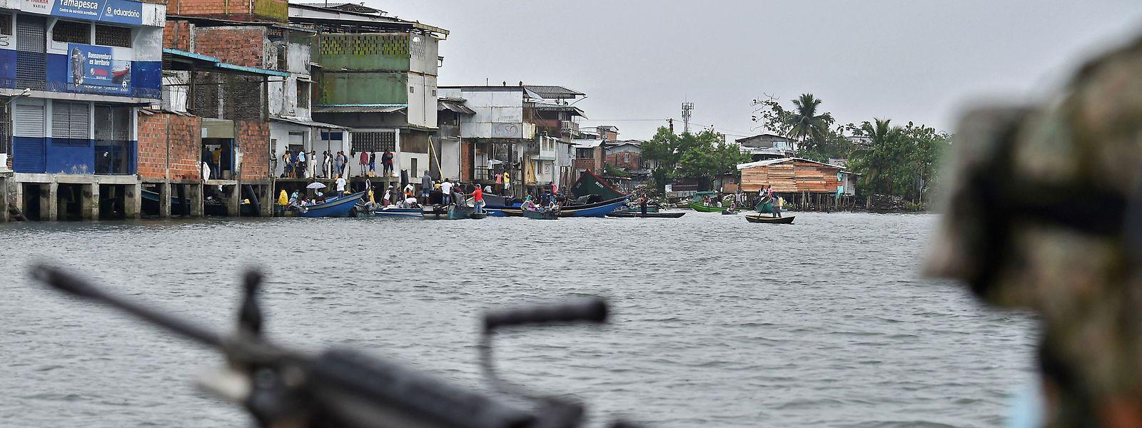Um soldado da marinha colombiana patrulha ao largo da costa de Buenaventura, no departamento de Valle del Cauca, na Colômbia. Os gangues de tráfico de droga sucederam aos guerrilheiros da zona, e estenderam o seu domínio aos mangais, florestas de água que rodeiam Buenaventura.