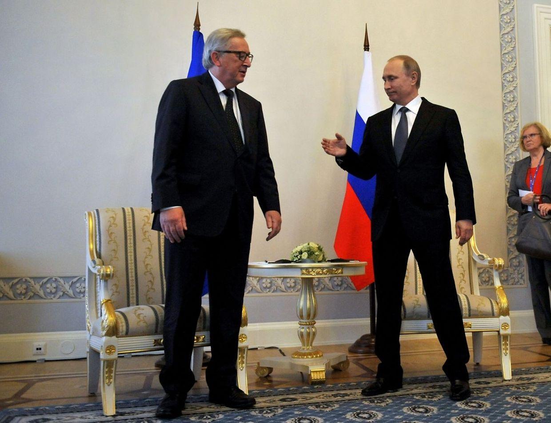 Zwei, die sich kennen: Russlands Präsident Vladimir Putin trifft sich mit EU-Kommissionspräsident Jean-Claude Juncker am Rande des St. Petersburg International Economic Forum im Konstantinovsky-Palast bei Sankt Petersburg.