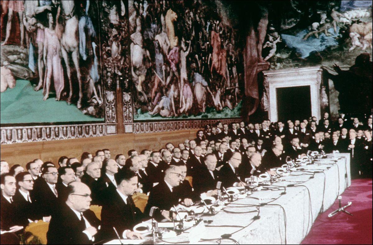 Rom, 25. März 1957: Regierungschefs und Aussenminister aus den sechs Gründerstaaten unterzeichnen die Römischen Verträge im Kapitol.