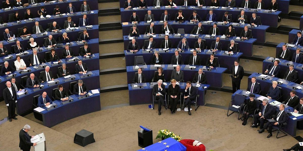 Jean-Claude Juncker hält seine Ansprache vor Helmut Kohls Sarg, über den die Europafahne gebreitet ist.