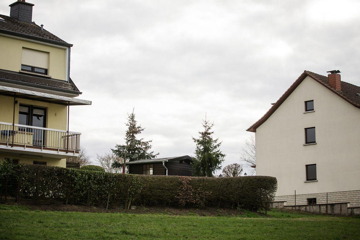 Die Kugel war in flachem Winkel zwischen diesen beiden Wohnhäusern durchgeflogen.