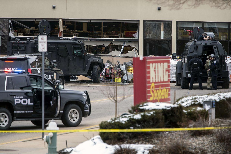 O supermercado King Soopers, a 50 km de Denver, no estado do Colorado, foi palco de um ataque por um atirador armado que vitimou 10 pessoas.