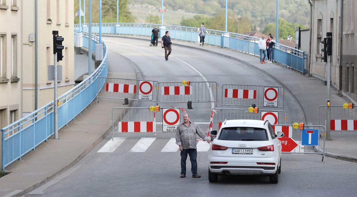 Durchgang vorerst nur für Fußgänger. Obwohl die Absperrungen in Deutschland abgebaut worden waren, blieben jene in Luxemburg vorerst stehen.