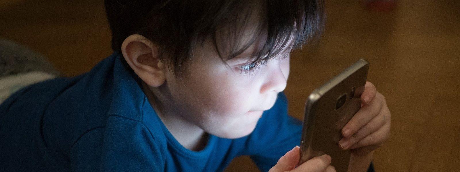 """In seinem jüngsten Essay beschreibt der Soziologe Gérald Bronner die Auswirkungen der Handys auf unsere Gehirne als """"kognitive Apokalypse""""."""