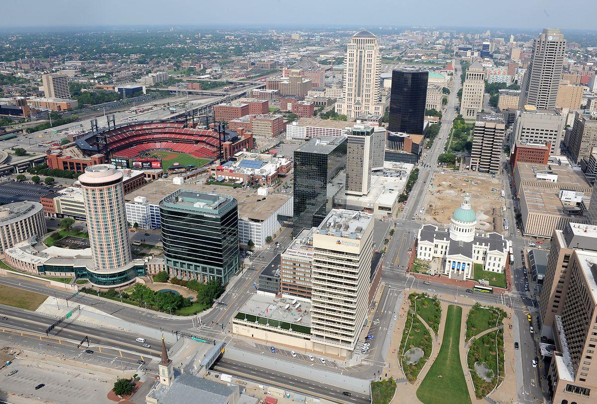 Die größte Stadt im US-Bundesstaat Missouri: Die Aussichtskanzel des Gateway Arch bietet einen guten Blick herunter auf St. Louis.