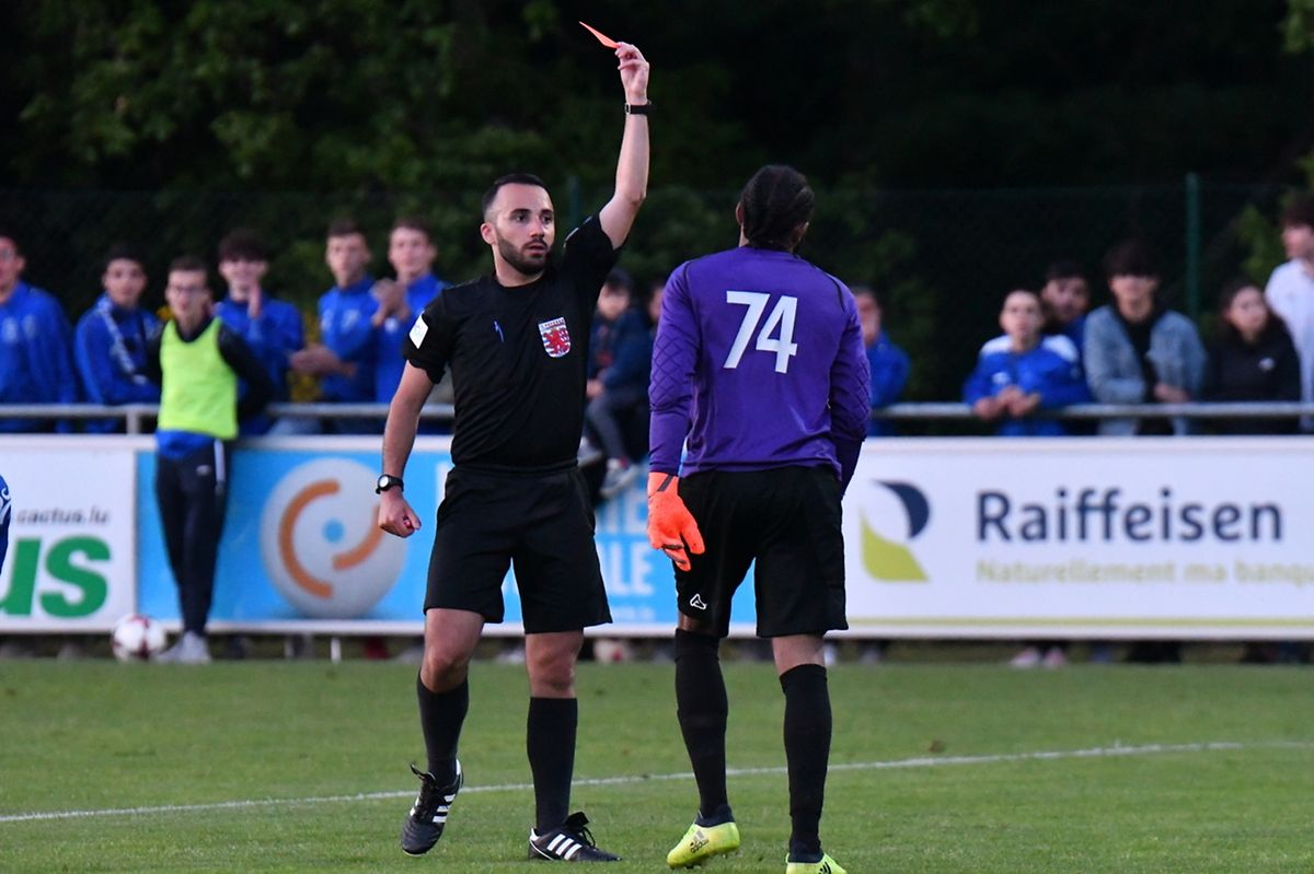 Jasmin Sabotic, l'arbitre du match, exclut Adilio Fonseca, le gardien du CS Oberkorn.