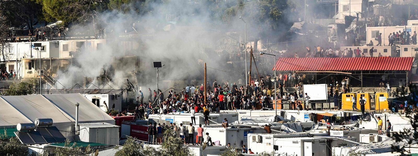Wenn Tausende Menschen auf engstem Raum zusammengepfercht sind, kann der kleinste Zwischenfall zu einer Explosion der Wut führen. Genau das ist auf Lesbos passiert.