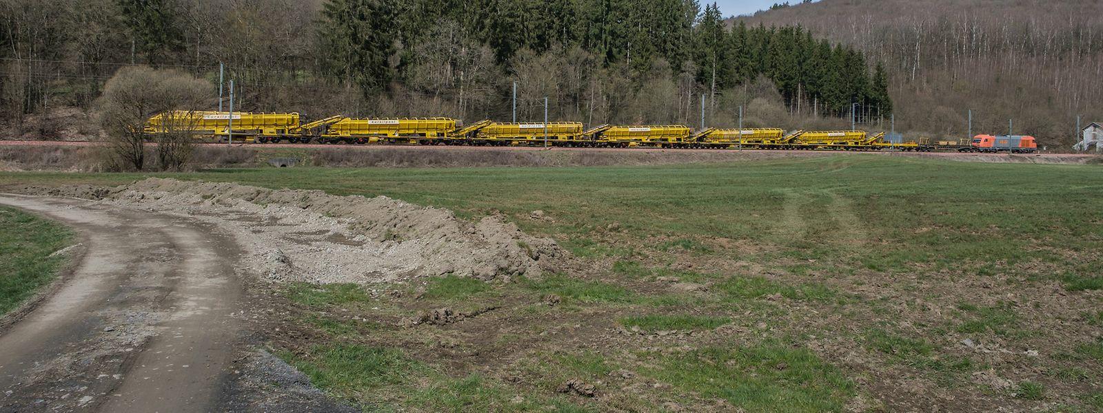 Die Gleisbaumaschine mit einem Gewicht von 650 Tonnen und einer Länge von 177 Metern erledigt alle Arbeitsgänge in einem Zug.