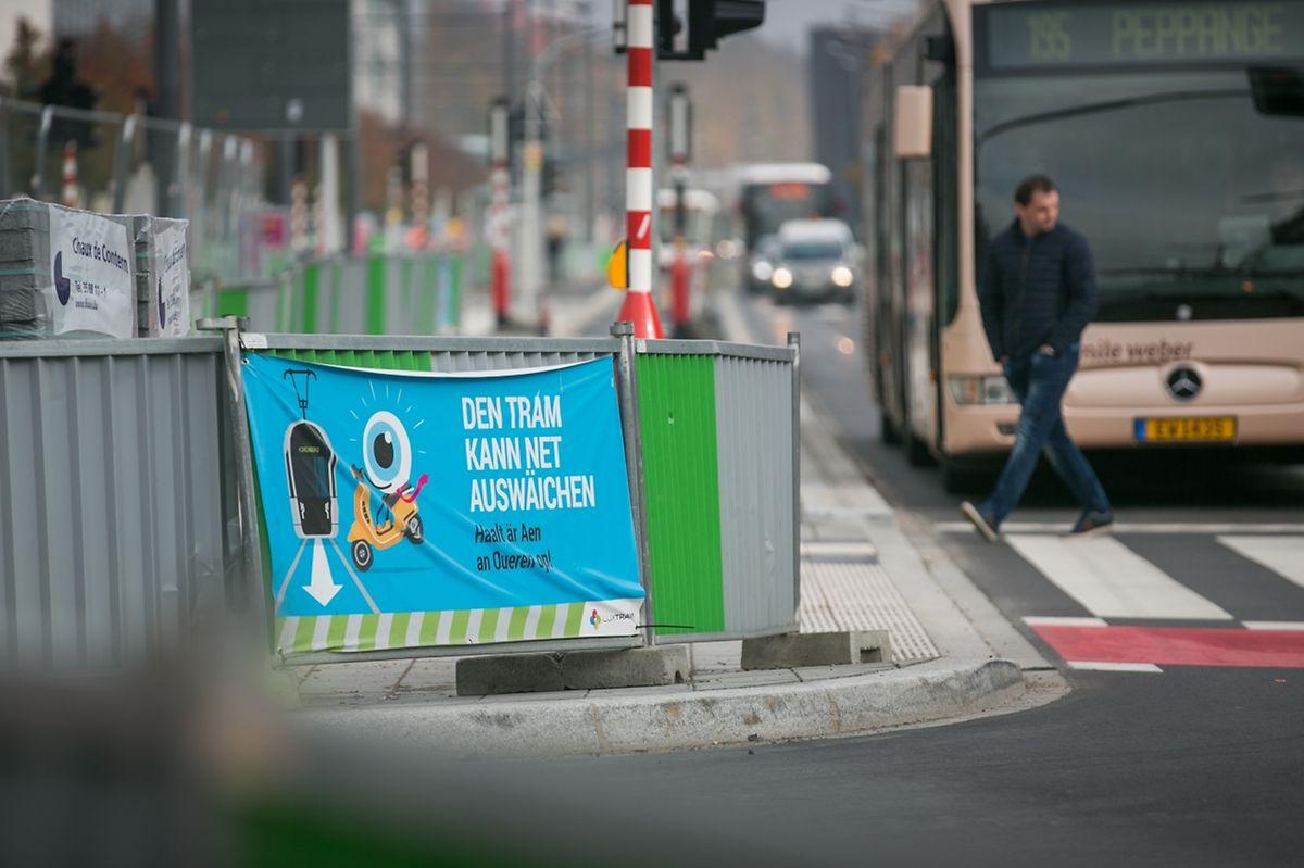 Mit solchen Hinweisschildern macht Luxtram auf die Gefahren aufmersam. Demnächst sollen neue Schilder und spezielle Ampeln für Fußgänger und Radfahrer folgen.
