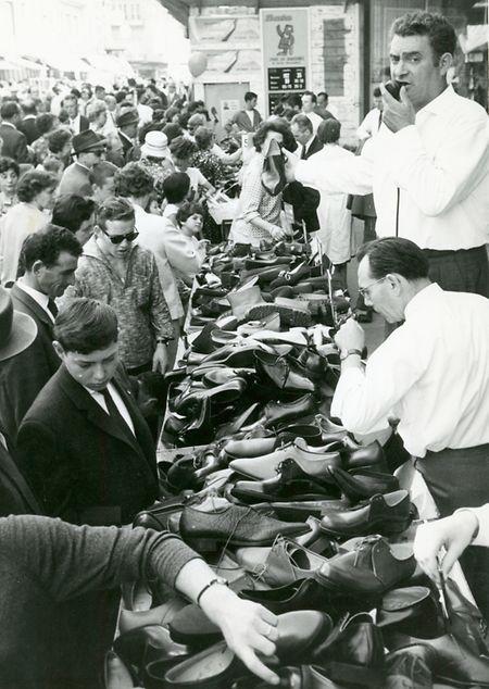 """Comerciantes vendem sapatos na """"Braderie"""", em 1962"""