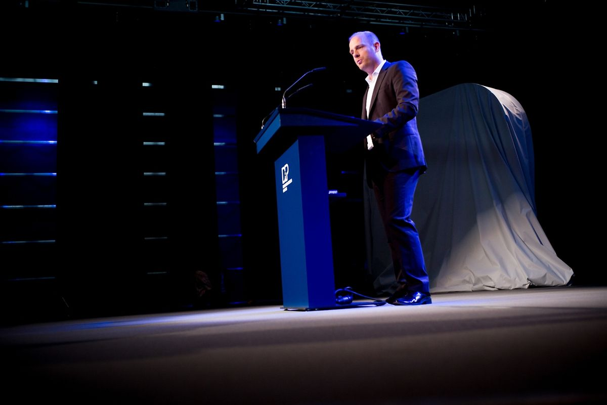 """Generalsekretär Marc Ruppert präsentiert die Kampagne für die Kommunalwahlen. Sie steht unter dem Motto """"Mat Häerz a Séil""""."""