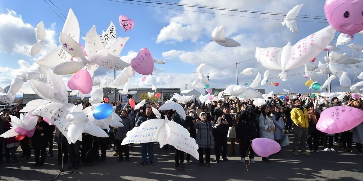 Des ballons en forme de colombes ont été lâchés durant la cérémonie de commémoration du tsunami, conséquence d'un tremblement de terre au Japon, en 2011.