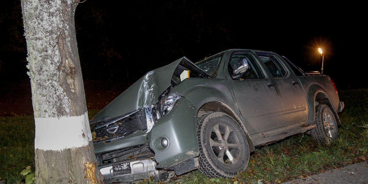 Der Fahrer war mit seinem Wagen von der Straße abgekommen und gegen einen Baum geprallt.