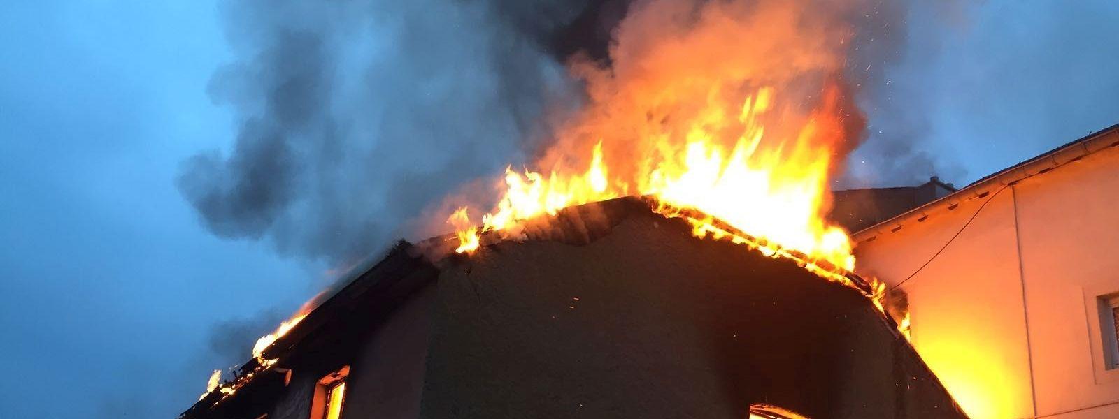 Beim Eintreffen der Rettungskräfte stand das Dach eines angrenzenden Gebäudes lichterloh in Flammen.