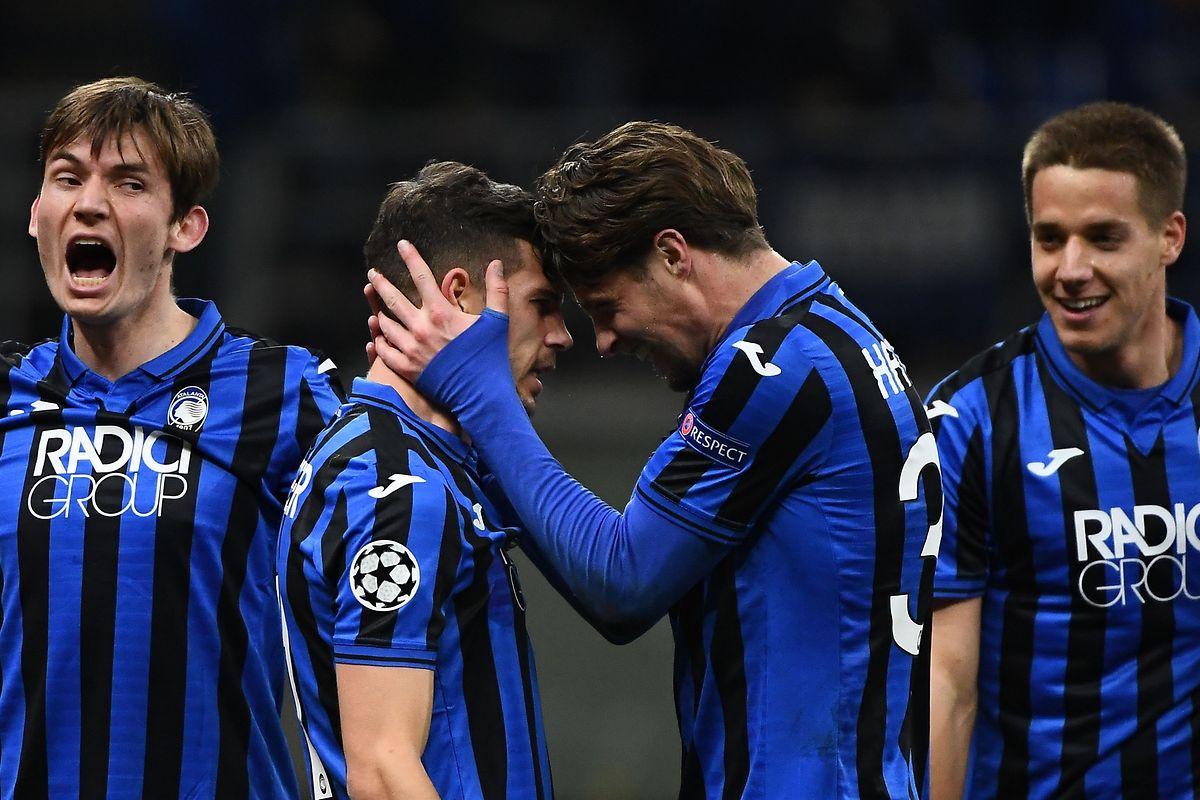 Drei Treffer in einem Bild: Atalantas Remo Freuler (2.v.l.) und Hans Hateboer (2.v.r.) freuen sich über ihren klaren Heimerfolg. Ersterer traf ein Mal, Hateboer erzielte sogar zwei Tore.