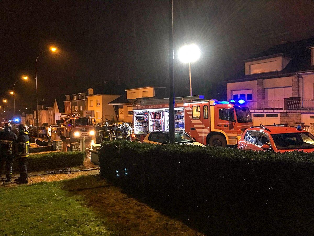 Die Feuerwehr war mit 30 Mann und sieben Fahrzeugen im Einsatz. Auch ein Rettungswagen und die Polizei waren vor Ort.
