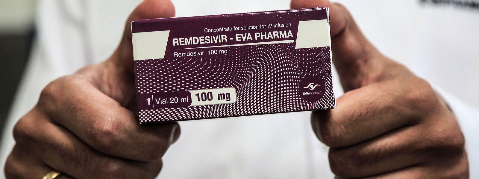 Ein Mitarbeiter des Pharmaunternehmens «Eva Pharma» hält eine Medikamenten-Verpackung des Wirkstoffs Remdesivir, einem antiviralen Breitspektrum-Medikament.