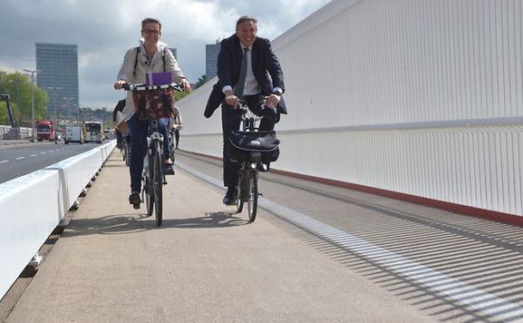La nouvelle piste cyclable relie le centre de Luxembourg et le Plateau du Kirchberg avec une vue splendide sur le Grund en contrebas. Les cyclistes ne pourront traverser le pont que de ce côté. Les piétons des deux.