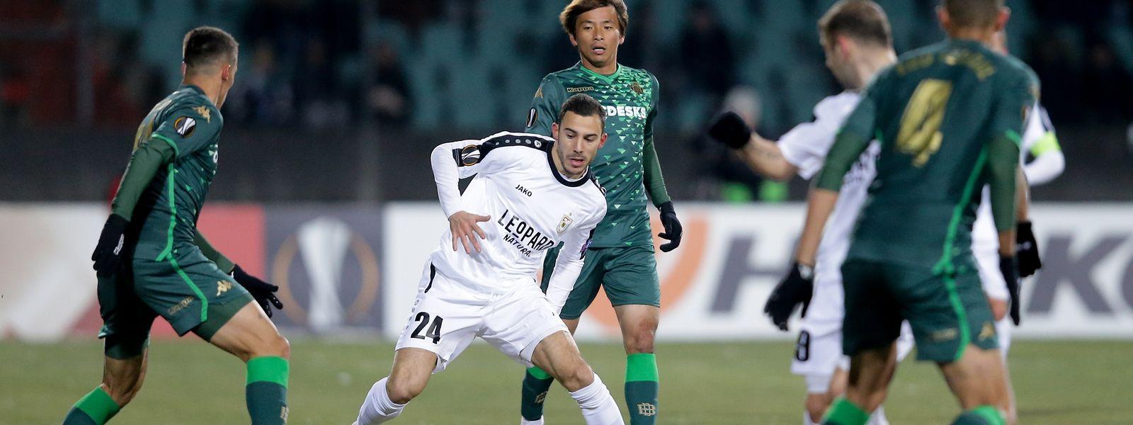 Edisson Jordanov vor Betis-Spieler Inui.