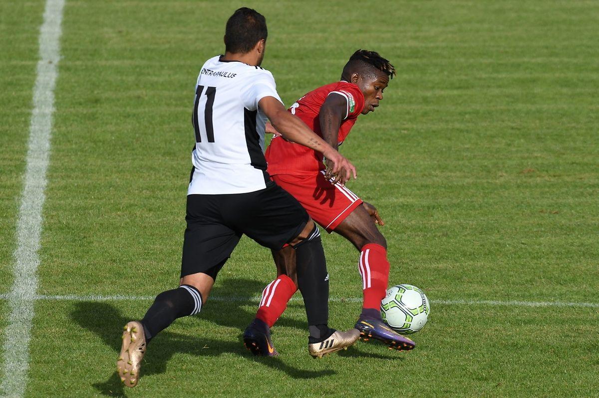 Michael Barbosa à la poursuite de Jean Paul Makasso. Womeldange n'a jamais rattrapé Rodange.