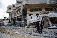 20.05.2021, Palästinensische Autonomiegebiete, Gaza: Ein palästinensischer Mann sitzt vor seinem zerstörten Haus nach israelischen Luftangriffen im Flüchtlingslager Jabaliya. Foto: Ahmed Zakot/SOPA Images via ZUMA Wire/dpa +++ dpa-Bildfunk +++