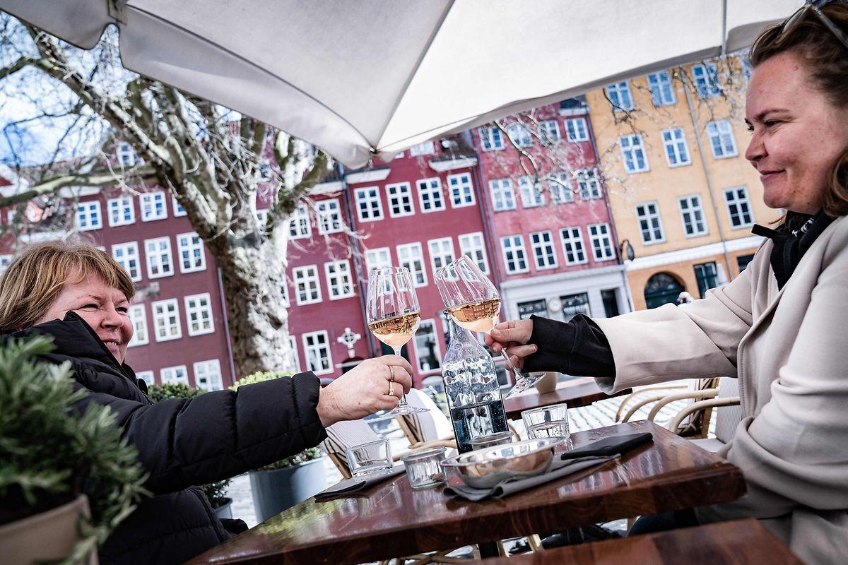 In Dänemark dürfen Gäste auch im Innenbereich bedient werden - mit negativem Test.