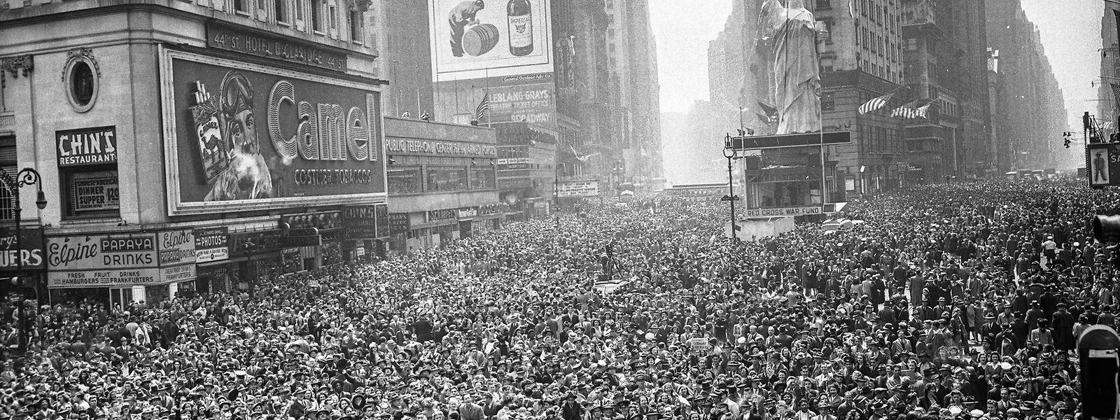 Freudentaumel am New Yorker Times Square. Der Krieg im Pazifik gegen Japan wird noch weitere vier Monate dauern.