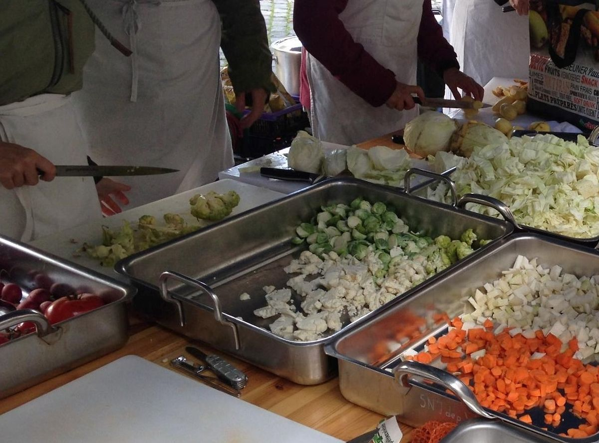 Volunteers cook and distribute rescued food. Photo: Foodsharing Luxembourg asbl