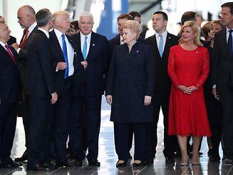 Trump rückt sein Jackett zurecht, nachdem er Dusko Markovic etwas zur Seite geschoben hat.
