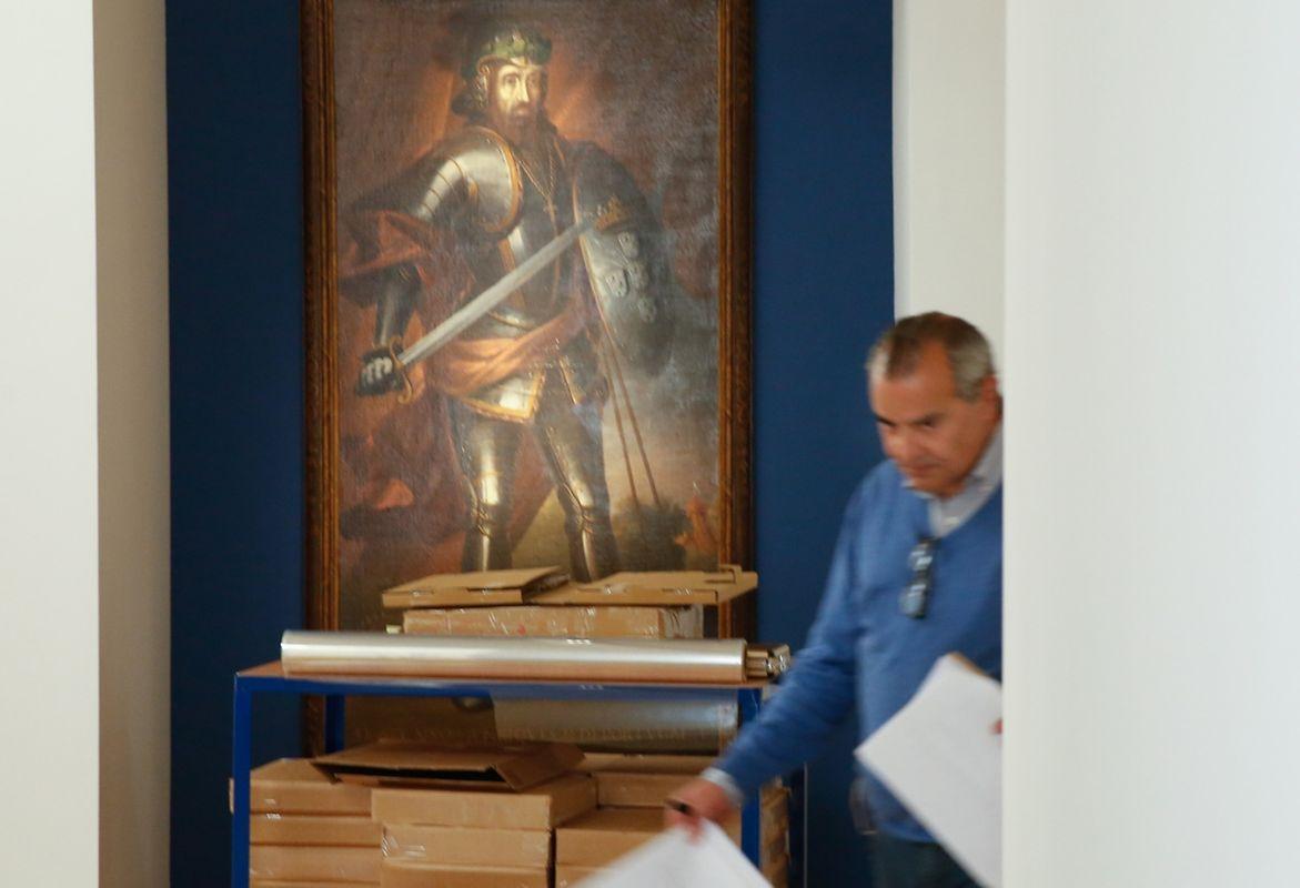 Afonso Henriques, primeiro rei de Portugal, acolhe o visitante à entrada da exposição