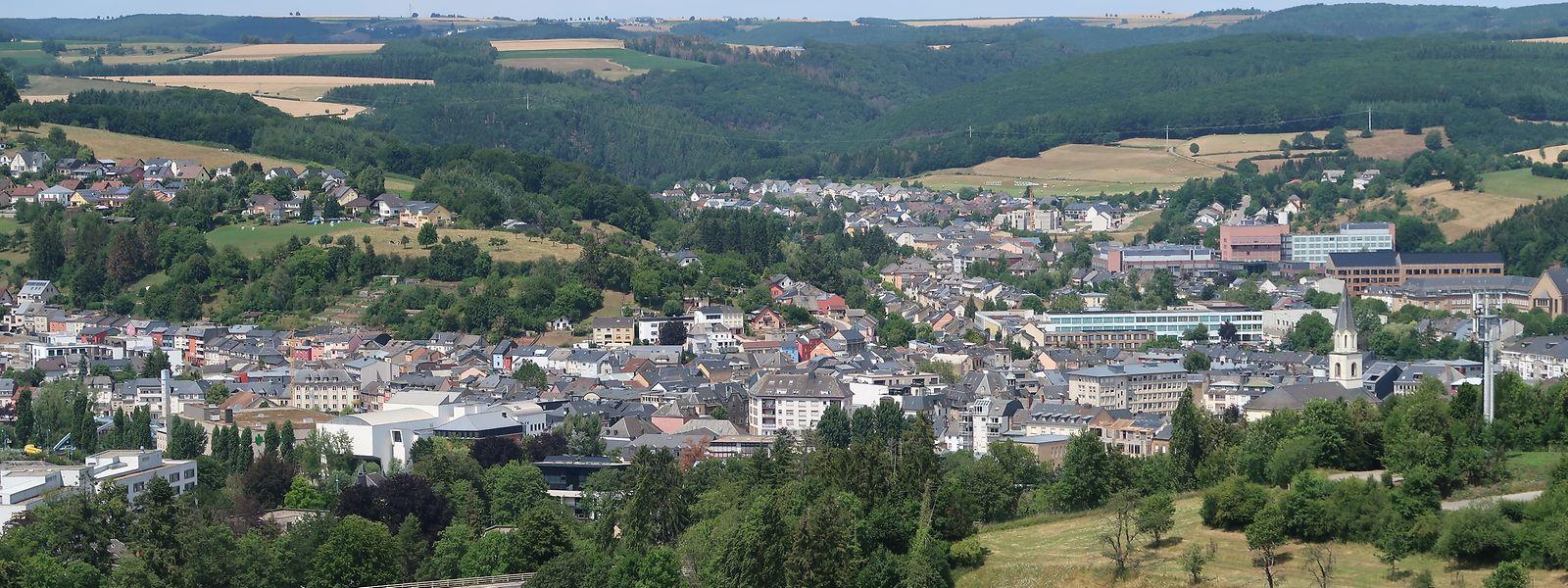 Von oben betrachtet sind die Grenzen längst verschwommen: Die Gemeinden Schieren, Ettelbrück, Erpeldingen/Sauer, Diekirch und Bettendorf bilden zu großen Teilen eine zusammenhängende urbane Agglomeration, die insgesamt rund 24.000 Einwohner umfasst.