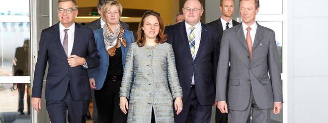 Großherzog Henri (rechts), Minister Romain Schneider und Staatssekretärin Francine Closener brechen zu den Inseln im Atlantik auf.Corinne Cahen und Laurent Mosar verabschiedeten die Luxemburger Delegation.