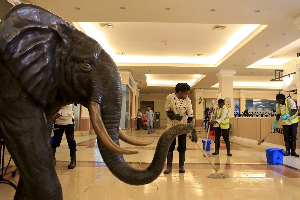 Letzte Handgriffe vor der Wiedereröffnung am 18. Juli 2015, in der Westgate Shopping Mall in Nairobi.