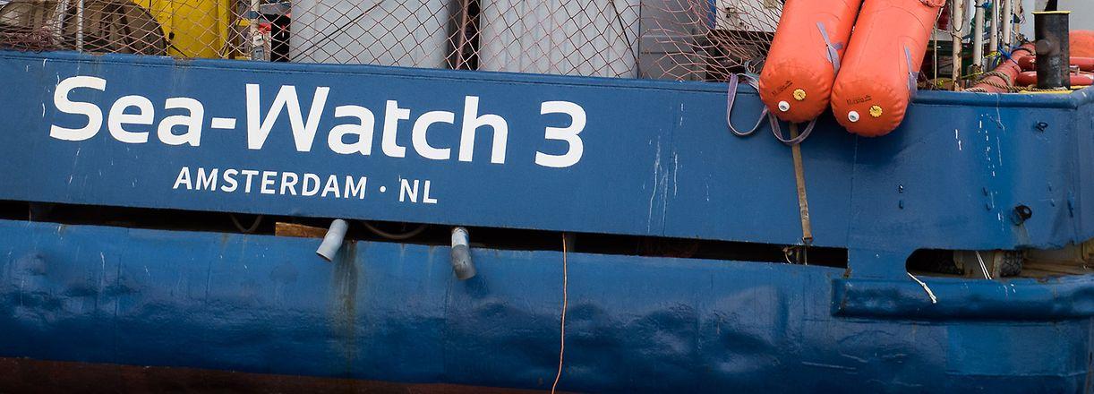ARCHIV - 04.01.2019, ---: HANDOUT - Dieses von Sea-Watch.org zur Verfügung gestellte Foto zeigt gerettete Migranten und neue Besatzungsmitglieder an Bord der «Sea-Watch 3». Die Kapitänin des Rettungsschiffs ist bereit, die Konfrontation mit der italienischen Regierung weiter eskalieren zu lassen. Wenn es keine Einigung über die Migranten an Bord gebe und das Schiff somit anlegen dürfe, sei sie bereit, ohne Erlaubnis in den Hafen der Insel Lampedusa zu fahren, sagte sie der Deutschen Presse-Agentur am Donnerstag. «Die Situation (auf dem Schiff) ist aktuell sehr angespannt.» Sie könne nicht mehr für die Sicherheit der Menschen an Bord garantieren. Manche drohten über Bord zu springen. Foto: Chris Grodotzki/Sea-Watch.org/dpa - ACHTUNG: Nur zur redaktionellen Verwendung und nur mit vollständiger Nennung des vorstehenden Credits +++ dpa-Bildfunk +++