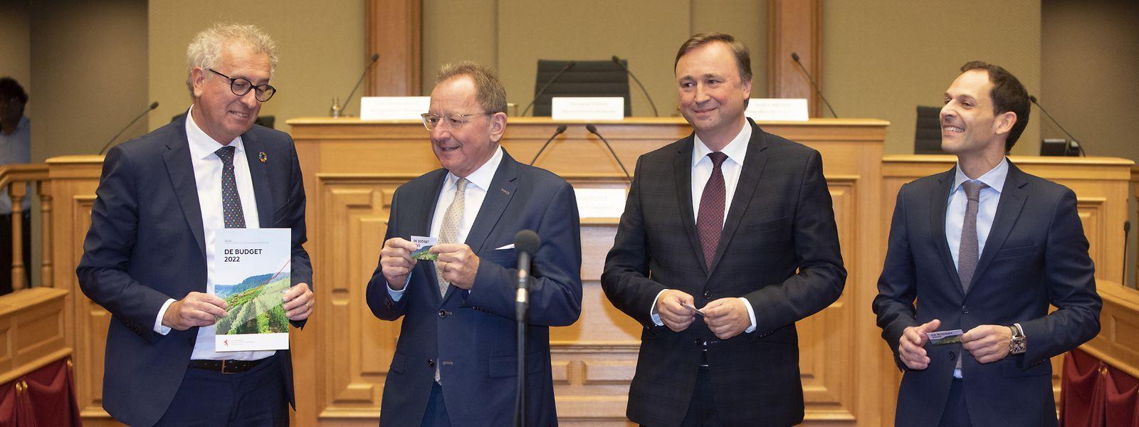 Pierre Gramegna überreicht den Haushaltsentwurf für 2022 an Parlamentspräsident Fernand Etgen, den Vorsitzenden des Haushaltsausschusses André Bauler sowie Budget-Berichterstatter Dan Biancalana (r.)