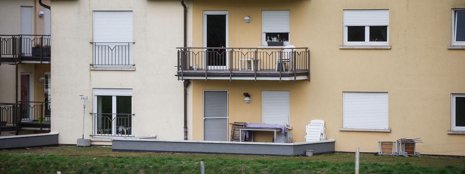 Als die Frau von der Kugel getroffen wurde, befand sie sich mit Freunden auf einer Terrasse dieses Wohnhauses.