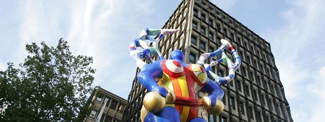 """Die """"Nana"""" von Niki de Saint Phalle wird links neben dem Postgebäude aufgerichtet."""