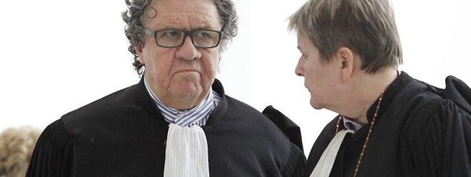 """Me Vogel (links) stürmte am Montag nochmals fuchsteufelswild in den Saal, als er nach Sitzungsende vom mutmaßlichen Verhalten von Ermittler Klein erfahren hatte. Auch Me Lydie Lorang war """"not amused""""."""